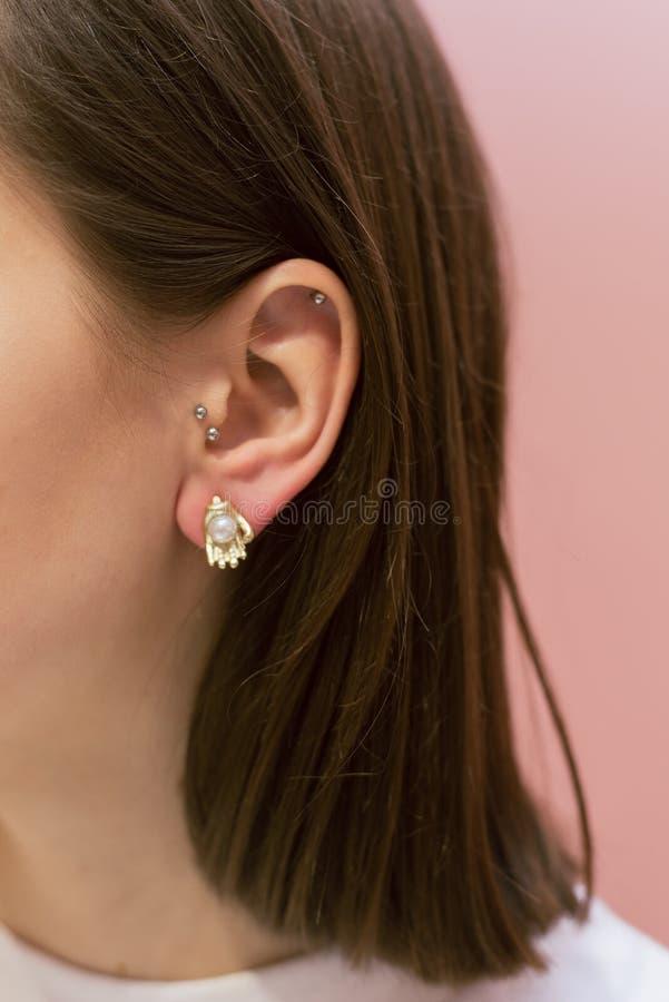 在耳朵吊的耳环 免版税图库摄影