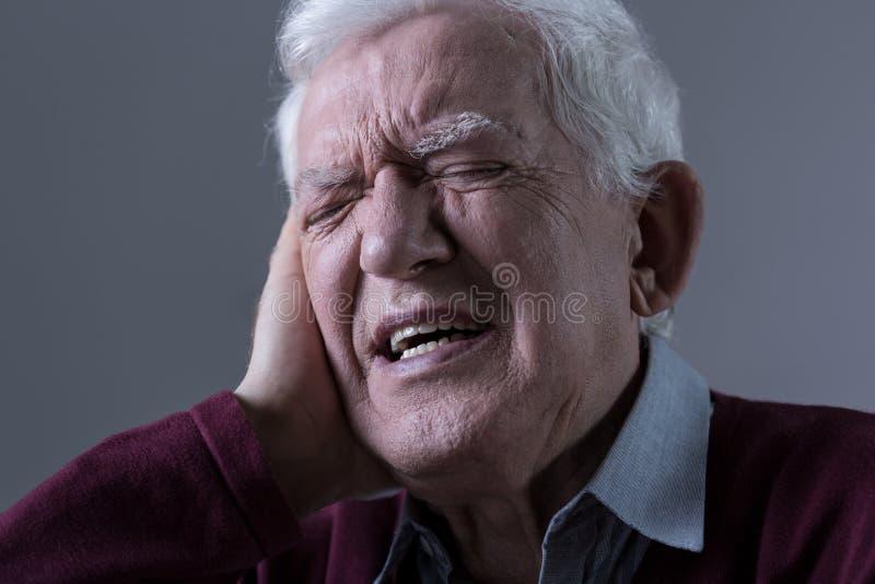 在耳朵的痛苦 免版税库存图片
