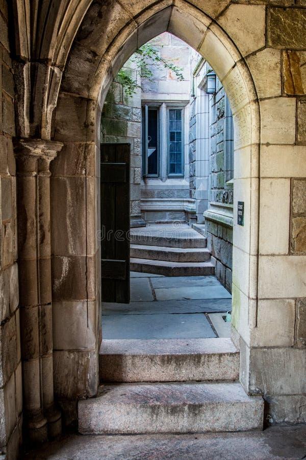 在耶鲁大学宿舍的一个哥特式样式门道入口 免版税库存照片