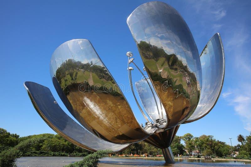 在联合国公园的Floralis Generica在布宜诺斯艾利斯 阿根廷 图库摄影