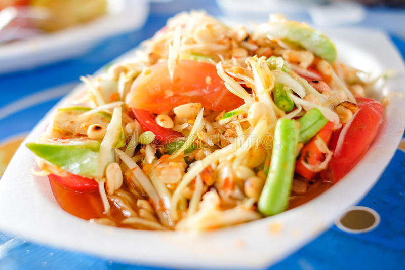 在聚苯乙烯泡沫塑料板材的索马里兰胃泰国或绿色番木瓜沙拉服务在P 库存图片