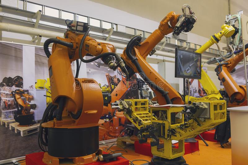 在聪明的仓储系统的产业机器人工厂的 免版税库存照片