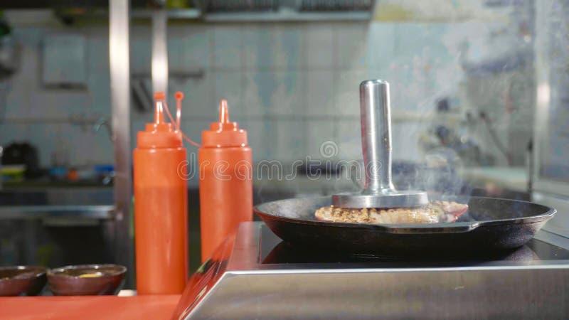 在肉牛排的钢新闻在平板炉平底锅的 库存照片
