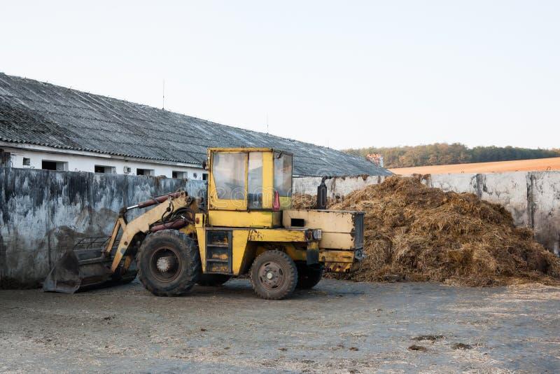 在肥料附近堆的老推土机  库存图片