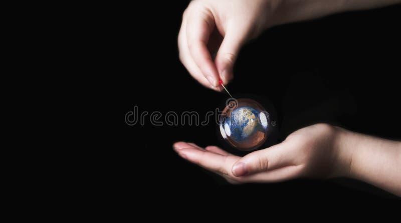 在肥皂泡的地球有黑背景,环境保守主义者概念 免版税库存照片
