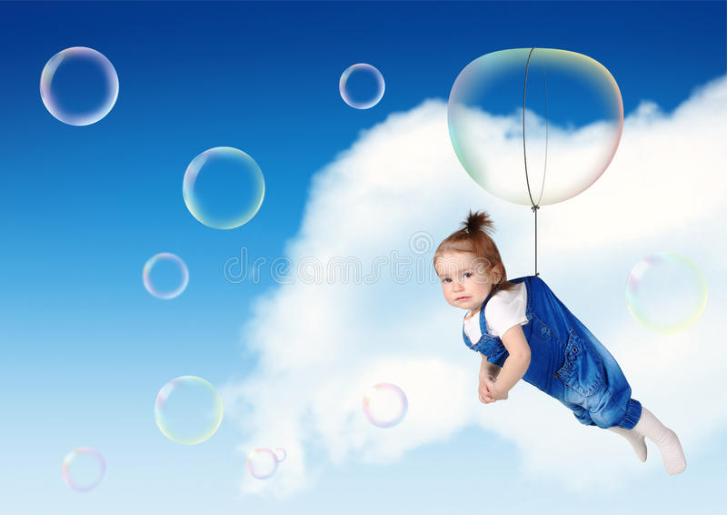 在肥皂泡,飞行创造性的概念的滑稽的孩子飞行 免版税图库摄影