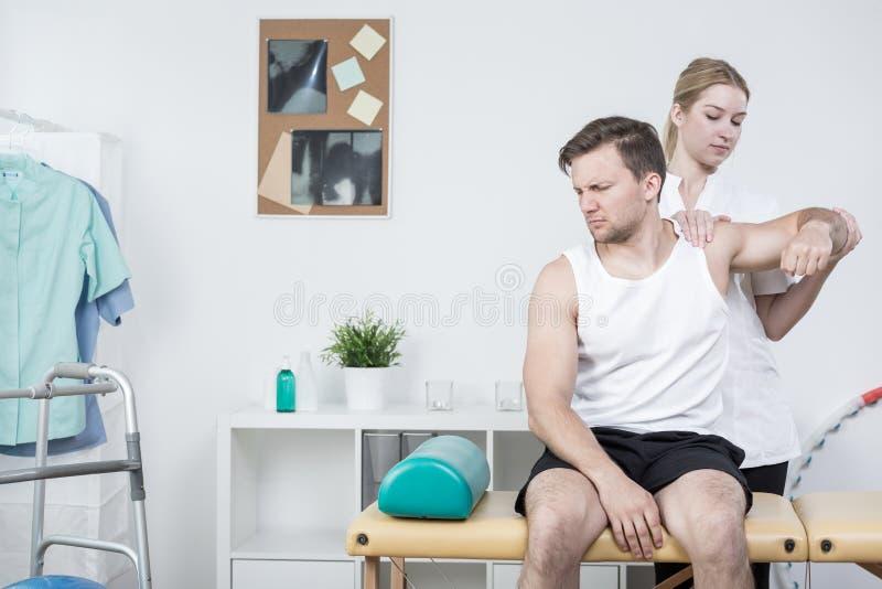 在肩膀痛苦综合症状的修复 库存图片