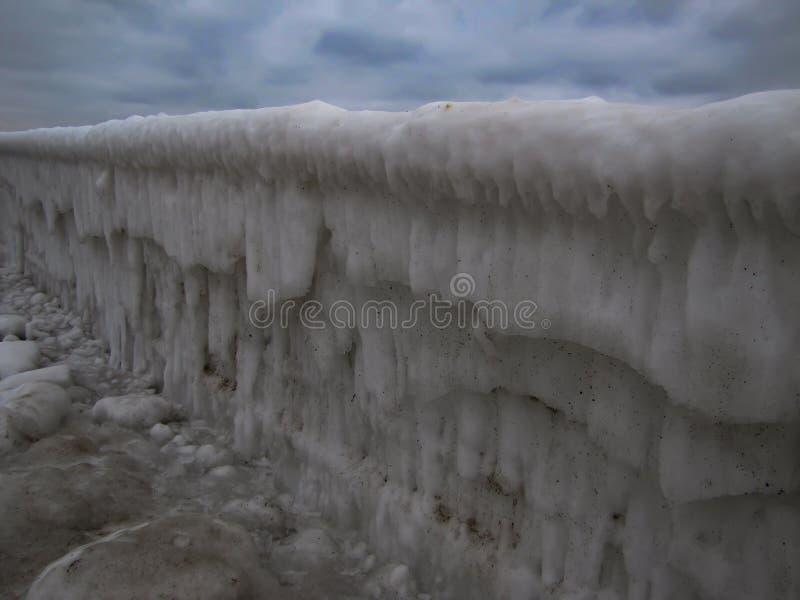 在肮脏的冰的海洋系泊在冬天 库存照片