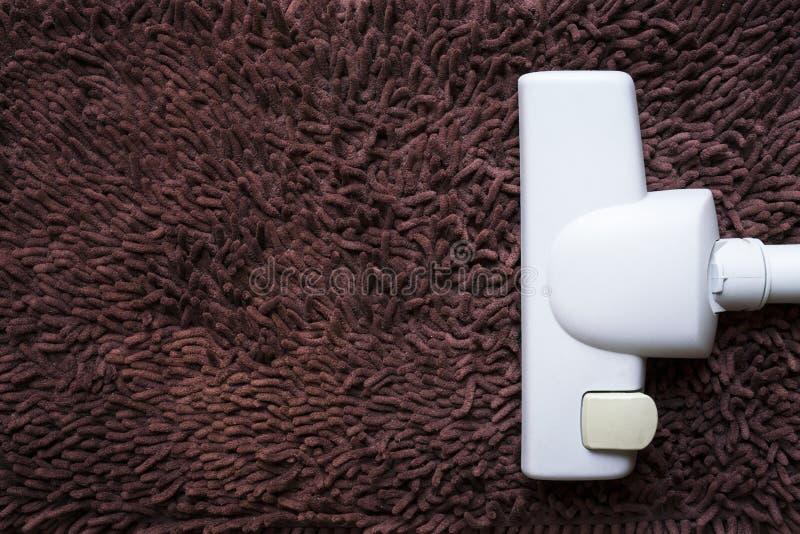 在肮脏的地毯的吸尘器,房子清洁概念 免版税库存照片