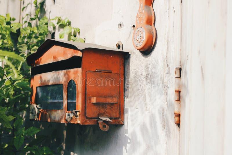 在肮脏的墙壁上的红色岗位箱子 免版税库存照片