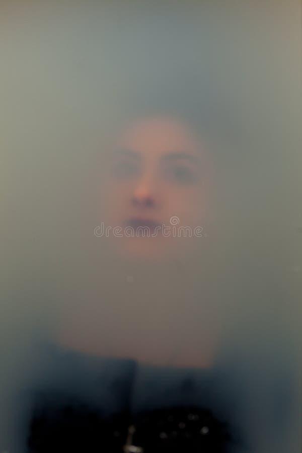 在肮脏的水下的面孔女孩 免版税图库摄影