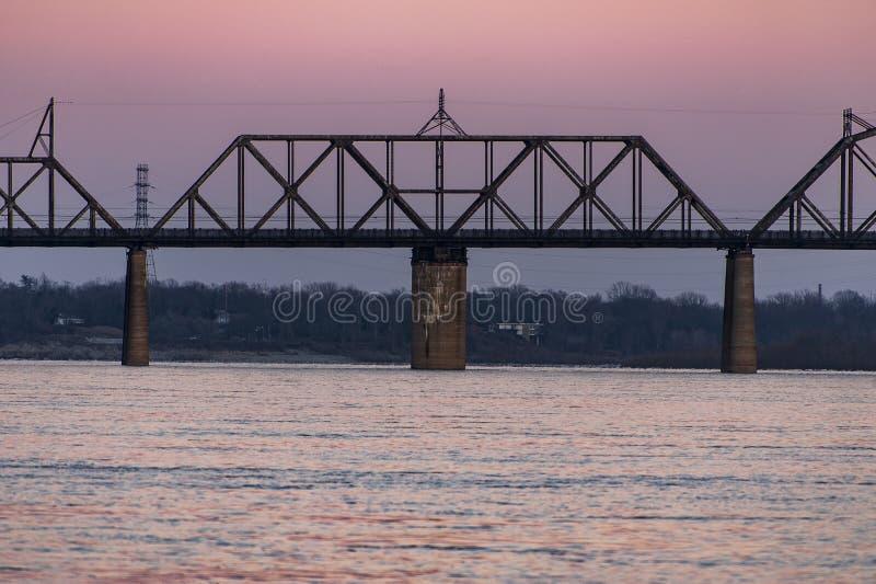 在肯塔基&印第安纳终端铁路桥梁-俄亥俄河、路易斯维尔、肯塔基& Jeffersonville,印第安纳的日落 免版税库存图片