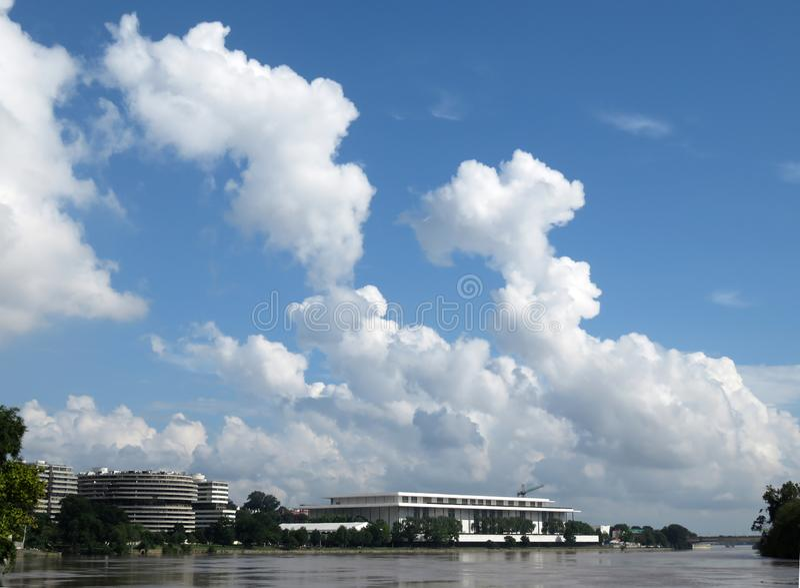 在肯尼迪中心和水门上的暴风云 库存图片