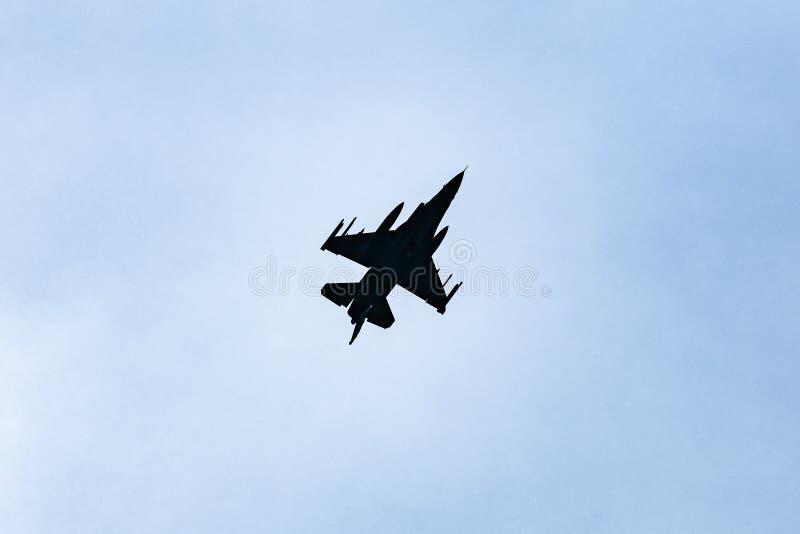 在背后照明的喷气式歼击机在天空蔚蓝 免版税库存照片