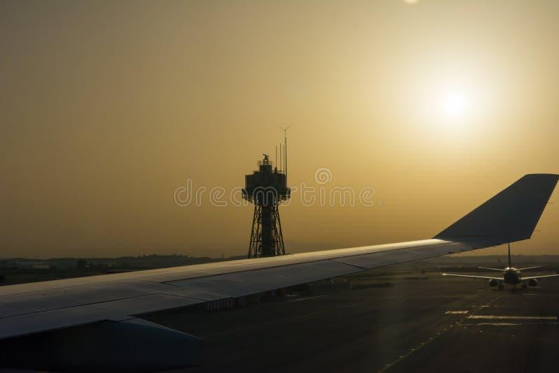 在背后照明的机场风景在有雾的日出的日出在迷离背景 免版税库存图片