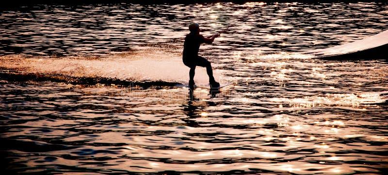 在背后照明的Wakeboarder剪影 库存图片
