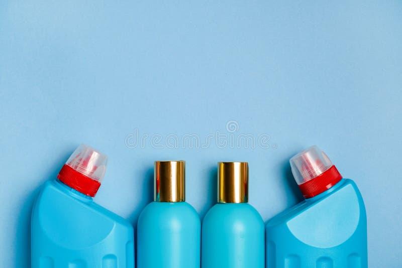 在背景底部的空白蓝色塑料瓶  家庭化学,香波,擦净剂 库存图片