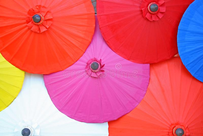 在背景的五颜六色的伞,由桑树纸做的伞,手工制造 库存照片