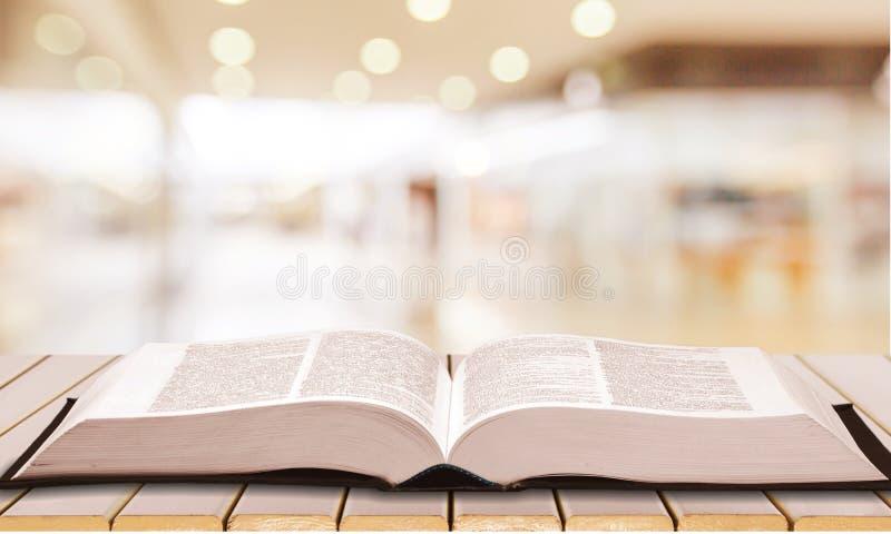 在背景的圣经书 免版税库存照片