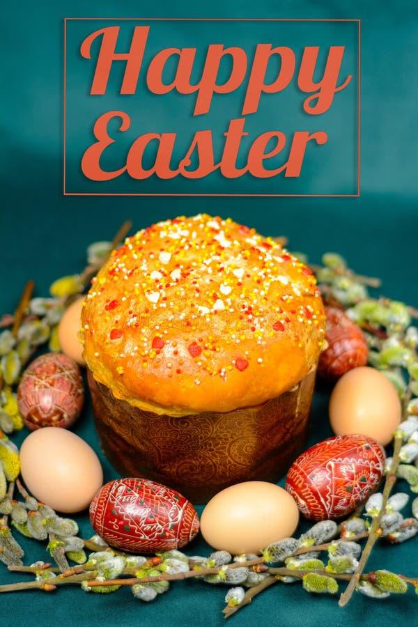 在背景的复活节题字用复活节彩蛋和面包,杨柳分支 库存图片