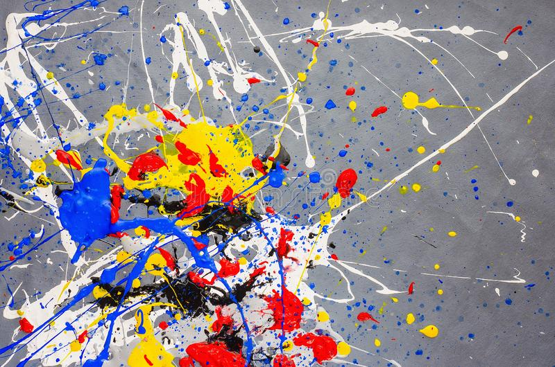 在背景的多色油漆水滴 时髦的丙烯酸酯的液体层状五颜六色的绘画概念 库存照片