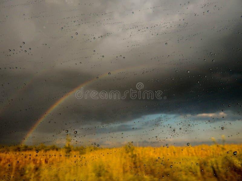 在背景的彩虹 免版税库存照片