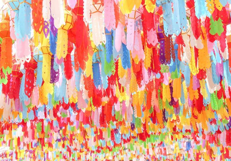 在背景的很多多彩多姿的桑树纸灯,庆祝loy krathong节日的垂悬的装饰在lamphun 免版税库存图片