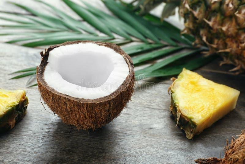 在背景的新椰子和菠萝切片 库存照片