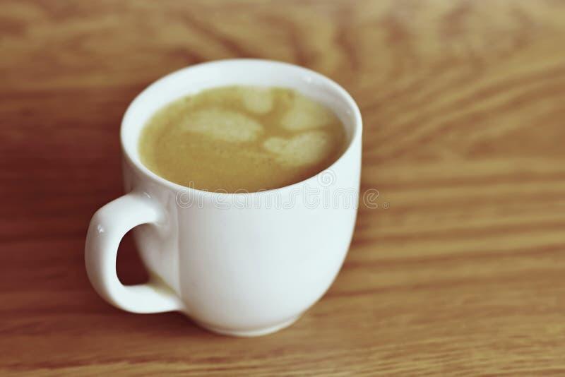 在背景的新鲜的鲜美浓咖啡杯子 早晨咖啡天的一个好开始的 库存照片