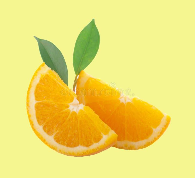 在背景的橙色果子切片孤立与裁减路线 库存照片
