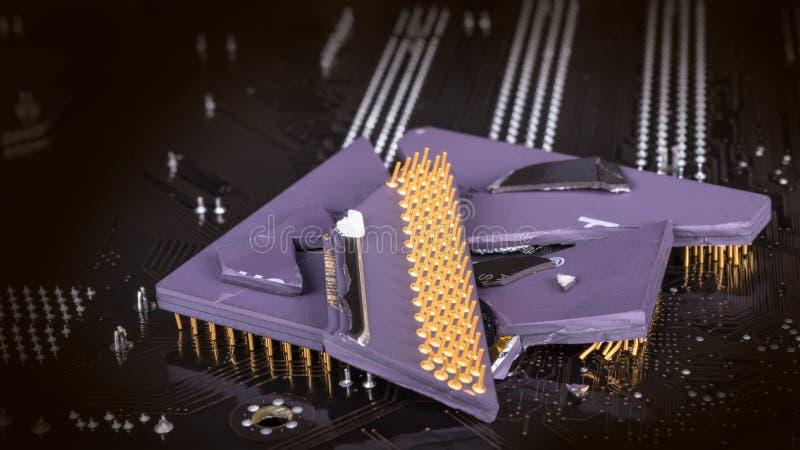 在背景的残破的计算机处理器从mainboard 免版税库存图片