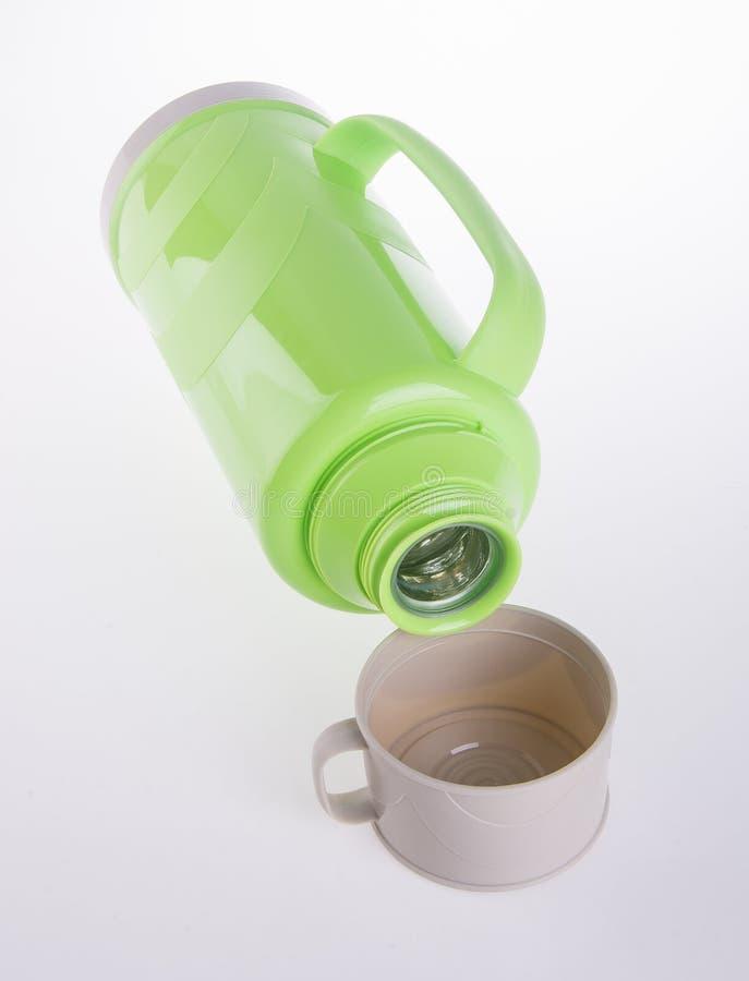 在背景的热,塑料热烧瓶。 库存图片
