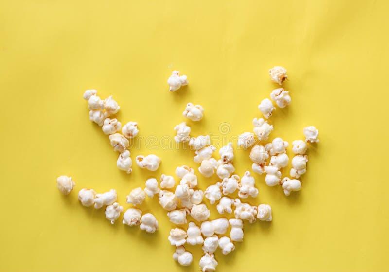 在背景的玉米花样式 顶视图 免版税库存照片