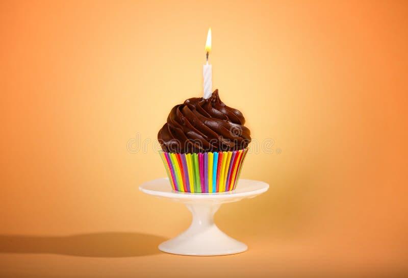 在背景的鲜美杯形蛋糕 免版税库存照片
