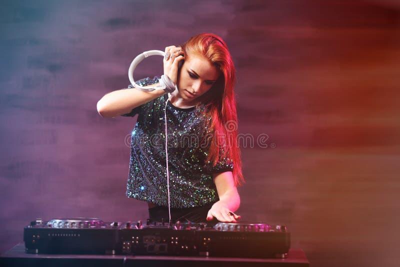 在背景的DJ混合的音乐 库存图片