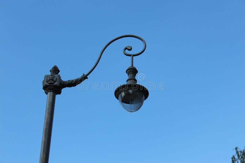 在背景蓝天的街灯 VDNKh 免版税库存图片
