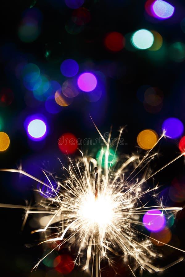 在背景诗歌选(软的焦点)的被点燃的闪烁发光物 库存图片