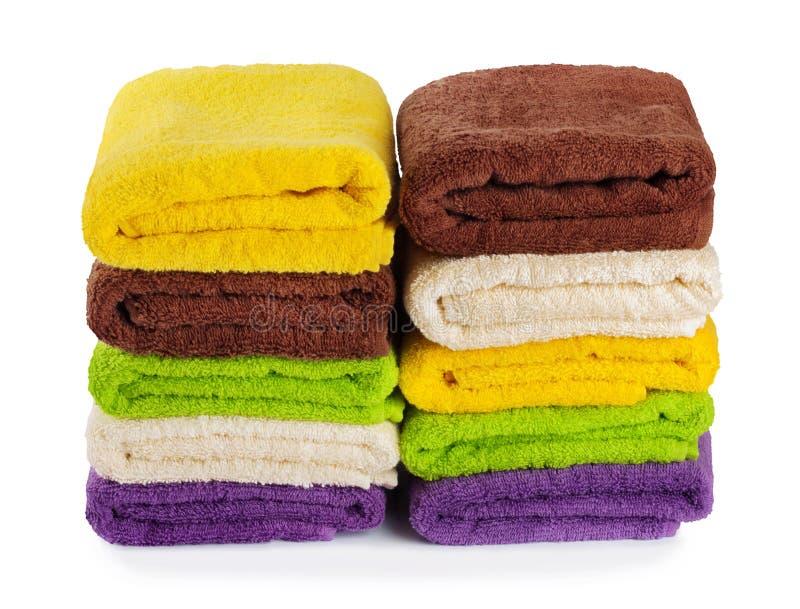 在背景隔绝的堆干净的新鲜的毛巾 免版税库存照片