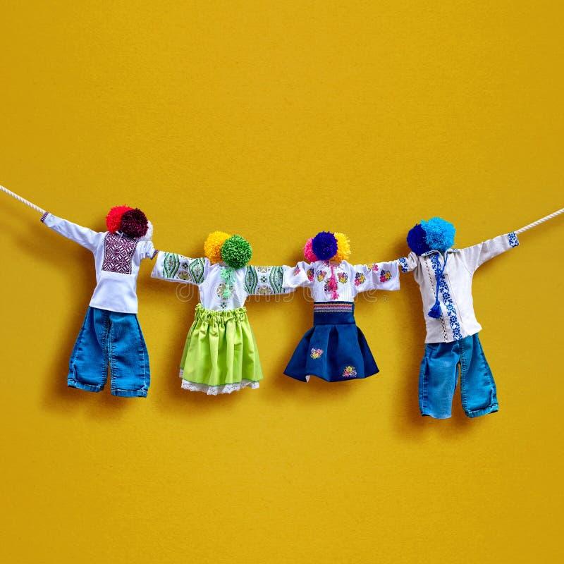 在背景,在种族样式,古老文化伙计的传统乌克兰民间布洋娃娃Motanka的手工制造纺织品玩偶 库存图片