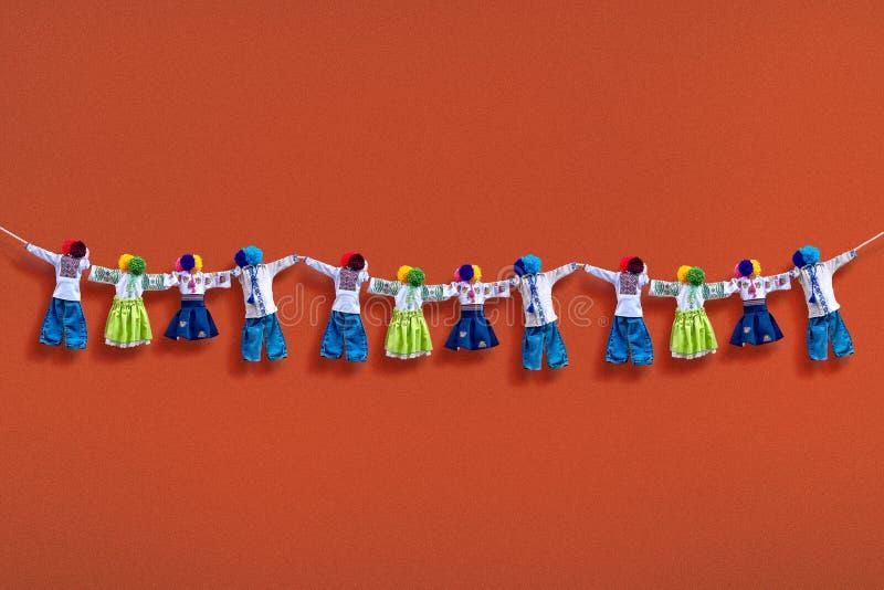 在背景,在种族样式,古老文化伙计的传统乌克兰民间布洋娃娃Motanka的手工制造纺织品玩偶 免版税库存照片