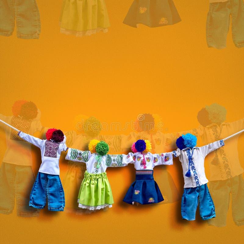 在背景,在种族样式,古老文化伙计的传统民间布洋娃娃Motanka的手工制造乌克兰纺织品玩偶 免版税图库摄影