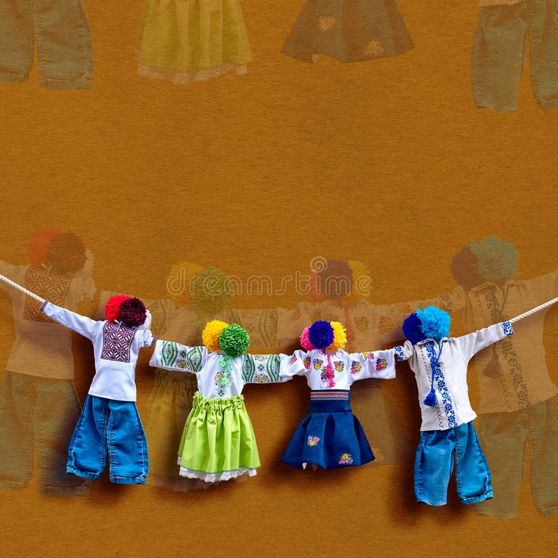 在背景,在种族样式,古老文化伙计的传统民间布洋娃娃Motanka的手工制造乌克兰纺织品玩偶 免版税库存照片