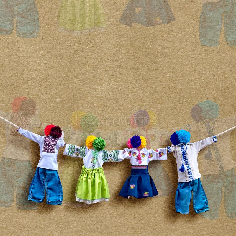 在背景,在种族样式,古老文化伙计的传统民间布洋娃娃Motanka的手工制造乌克兰纺织品玩偶 免版税库存图片