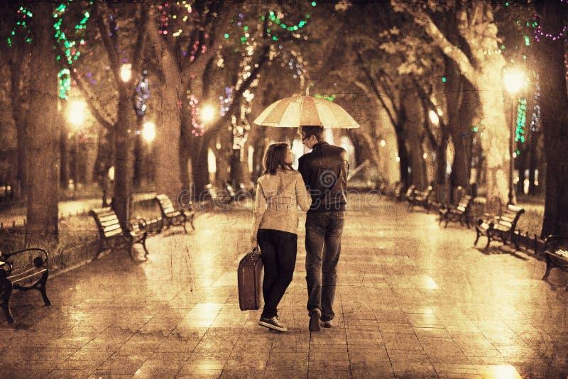 在胡同的夫妇在晚上光 库存照片