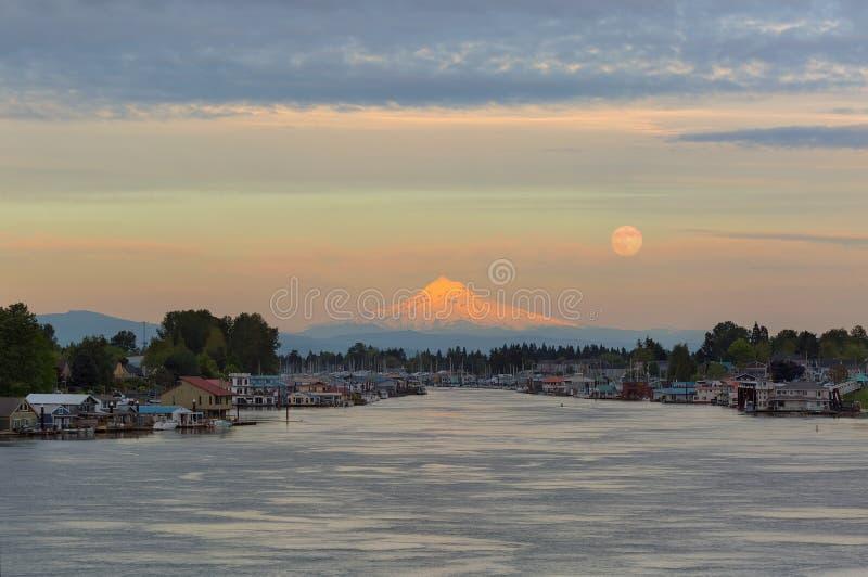 在胡德山的充分的月出沿哥伦比亚河在波特兰俄勒冈 免版税库存照片