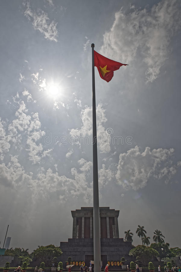 在胡志明陵墓的越南旗子  图库摄影