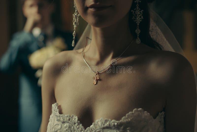 在胸口新娘的基督徒十字架 库存图片