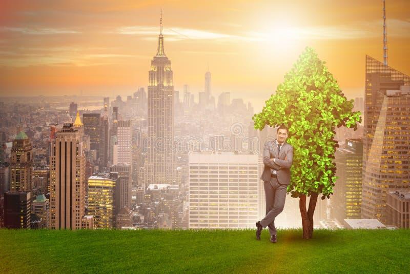 在能承受的绿色发展概念的商人 免版税库存照片