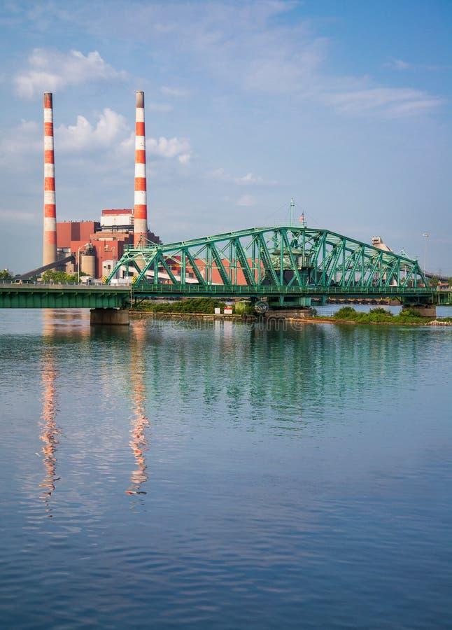 在能源厂的南底特律河桥梁 免版税库存照片