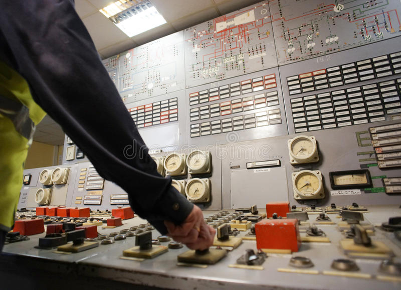 在能源厂的控制板的手 库存照片